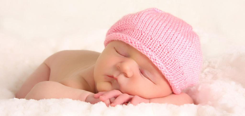 Bébé content qui dort